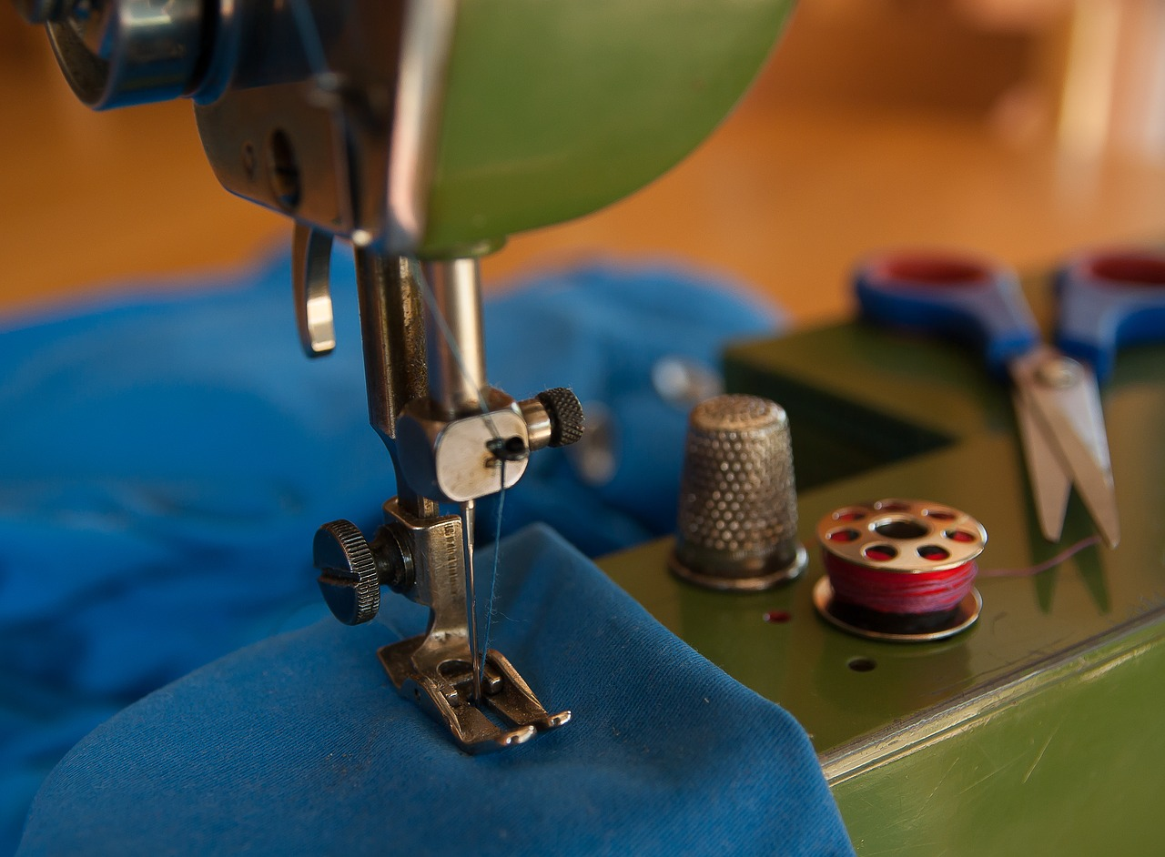 https://pixabay.com/photos/couture-sewing-machine-thimble-1896454/