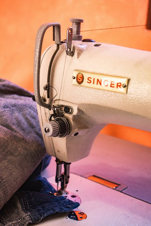 https://www.pexels.com/photo/white-singer-sewing-machine-783590/
