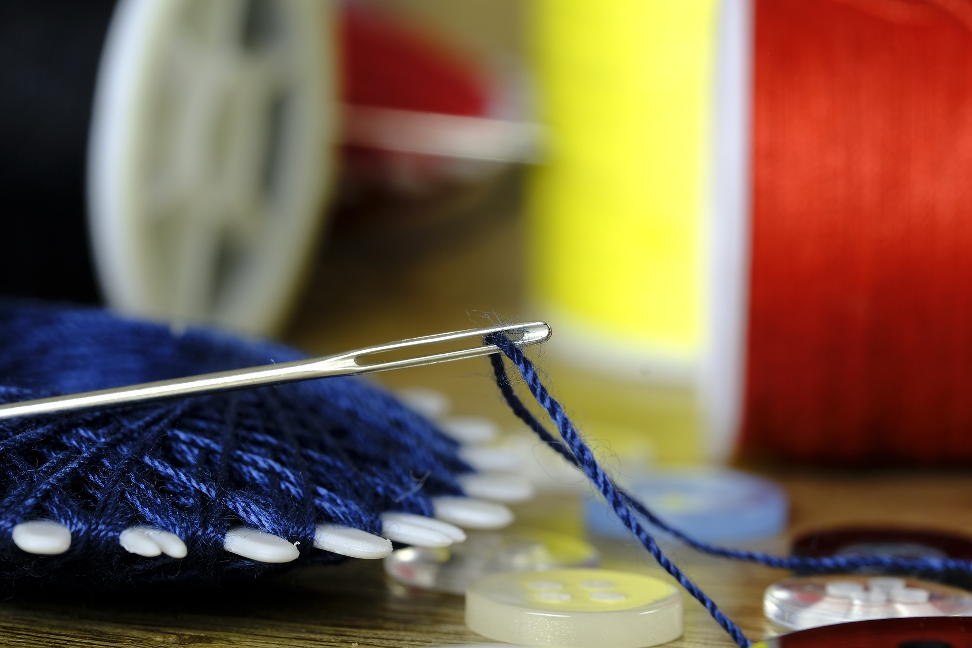 Inside the hole of the best hand sewing needle is a blue thread